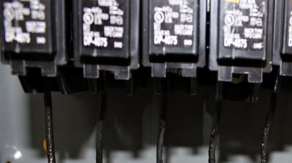 Improperly torqued circuit breaker lugs